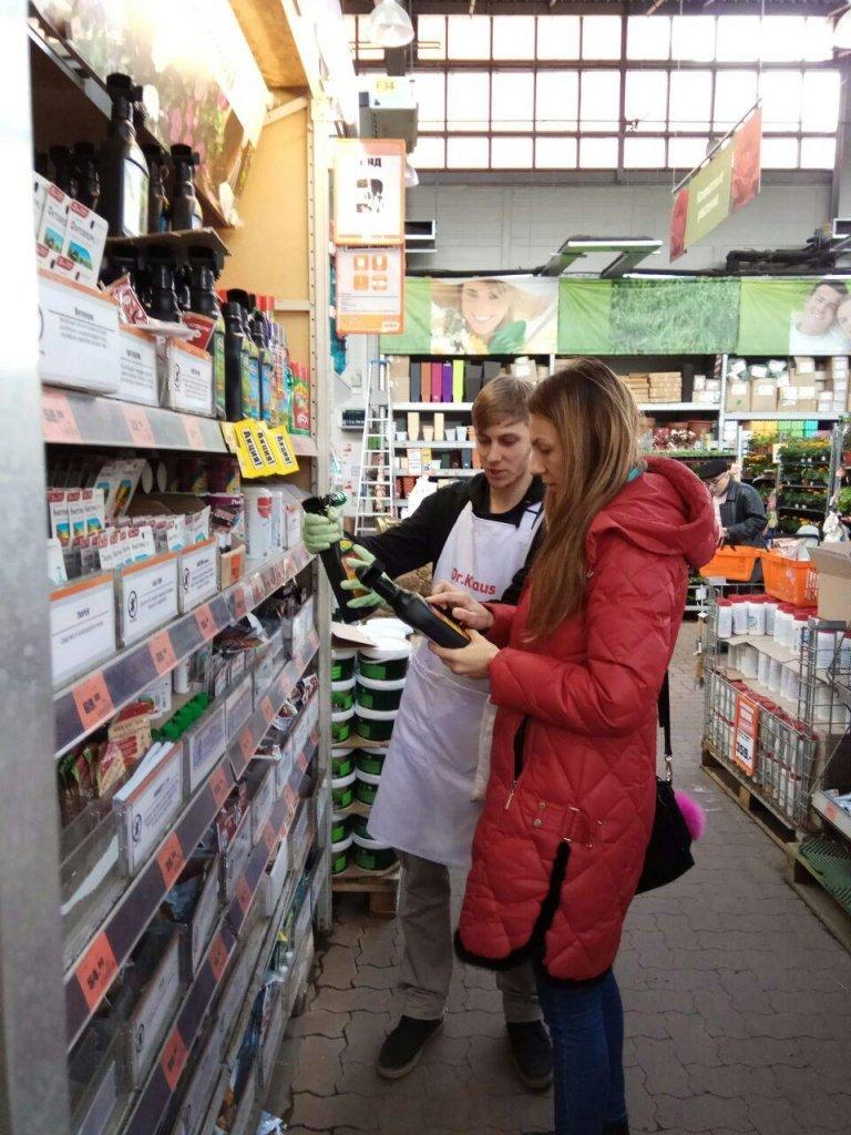 Промоутер проводит консультирование по продукции РУСИНХИМ